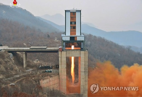 La Corée du Nord a procédé le 18 mars 2017 à l'essai d'un nouveau moteur de propulsion spatiale de haute performance et son dirigeant Kim Jong-un a inspecté cet essai au site de lancement des satellites de Sohae situé à Tongchang-ri, dans le nord-ouest de la péninsule coréenne, selon les images de la Télévision centrale nord-coréenne (KCTV) diffusées ce dimanche 19 mars 2017. Les médias nord-coréens ont rapporté ce matin que l'essai au banc de propulsion du moteur spatial a été un succès. (Utilisation en Corée du Sud uniquement et redistribution interdite) (Yonhap)