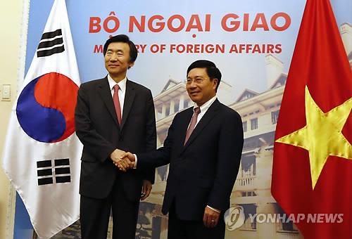Le ministre des Affaires étrangères Yun Byung-se (à gauche) et son homologue vietnamien Pham Binh Minh ce lundi 20 mars 2017 au Vietnam.
