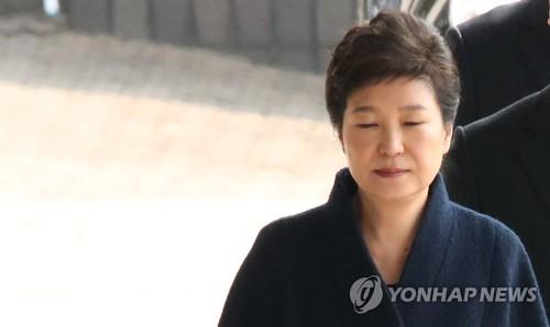 Park Geun-hye, ancienne présidente, arrive au Parquet central du district de Séoul ce mardi matin du 21 mars 2017 pour son interrogatoire sur le scandale Choi Soon-sil.
