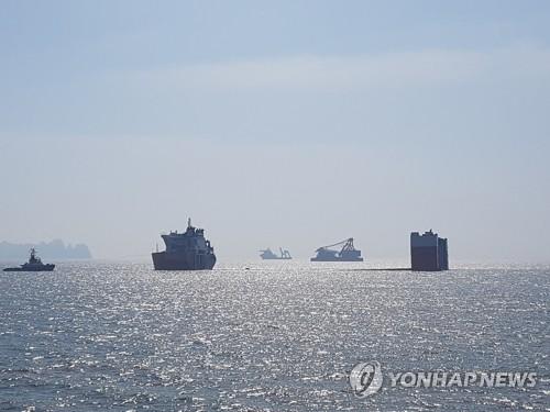 L'épave du ferry sud-coréen Sewol émerge, trois ans après le drame