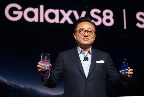 Le chef de la division mobile de Samsung Electronics Co., Koh Dong-jin, présente le Galaxy S8 et le Galaxy S8 Plus © Samsung Electronics Co.