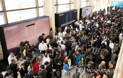 Des visiteurs découvrent les Galaxy S8 et S8 Plus à New York  © Samsung Electronics Co.