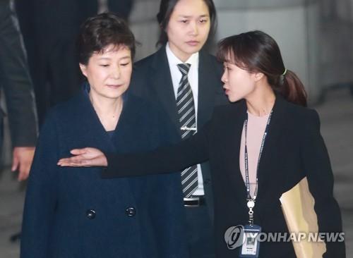 L'ex-présidente Park Geun-hye sort de la Cour centrale du district de Séoul après 8 heures et 40 minutes d'audience pour un examen de la demande de détention provisoire à son encontre, le soir du 30 mars 2017, dans le cadre des enquêtes sur l'affaire de corruption et de réception de pots-de-vin en collusion avec Choi Soon-sil. (Yonhap)