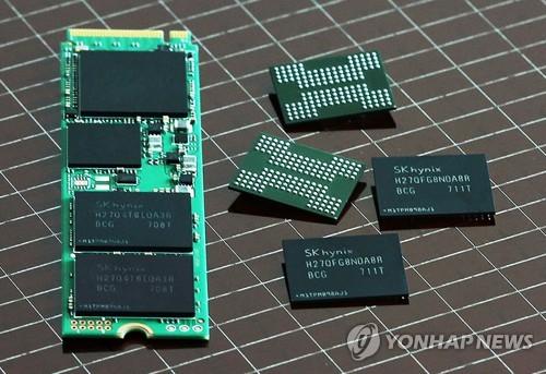 Une mémoire flash NAND à 72 couches d'une capacité de 256 Go (à droite) conçue par SK hynix et un SSD (solid-state drive) de 1 To (à gauche). La production de masse de la mémoire flash NAND débutera au deuxième semestre de cette année ⓒ SK hynix