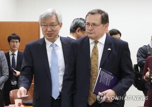 L'ambassadeur britannique en Corée du Sud Charles Hay (à droite).