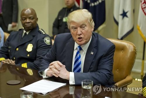 Le président américain Donald Trump répond à des questions de journalistes (EPA=Yonhap)