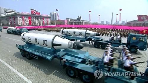 Sur cette image de la Télévision centrale nord-coréenne (KCTV), des missiles balistiques de portée intermédiaire Pukguksong-2 sont présentés lors du défilé militaire marquant le 105e anniversaire du défunt fondateur de la Corée du Nord, Kim Il-sung, sur la plus grande place de Pyongyang, le samedi 15 avril 2017. (Utilisation en Corée du Sud uniquement et redistribution interdite)