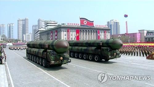 La Corée du Nord exhibe le samedi 15 avril 2017 un missile semblant être un nouveau missile balistique intercontinental (ICBM) lors de son grand défilé militaire organisé sur la place Kim Il-sung, à Pyongyang, à l'occasion du 105e anniversaire de ce dernier, défunt fondateur de la Corée du Nord. (Utilisation en Corée du Sud uniquement et redistribution interdite)