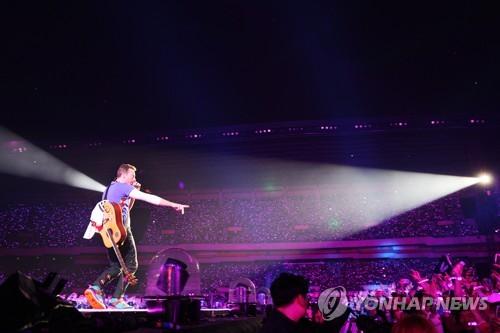 Le leader du groupe Coldplay chante sur scène dans le stade de Jamsil, à Séoul, le samedi 15 avril 2017. © Hyundai Card