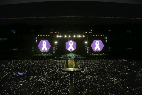 Cette capture d'écran d'une vidéo postée sur le compte Facebook de Hyundai Card montre l'hommage rendu par Coldplay lors d'un concert dans la capitale sud-coréenne le dimanche 16 avril 2017 pour le troisième anniversaire de la pire catastrophe maritime en Corée du Sud.