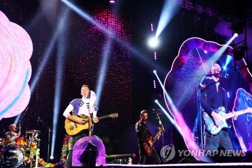Le groupe anglais Coldplay a donné deux concerts à Séoul, les 15 et 16 avril 2017, qui ont attiré au total près de 100.000 spectateurs, une performance inédite en Corée du Sud pour un chanteur étranger. © Hyundai Card