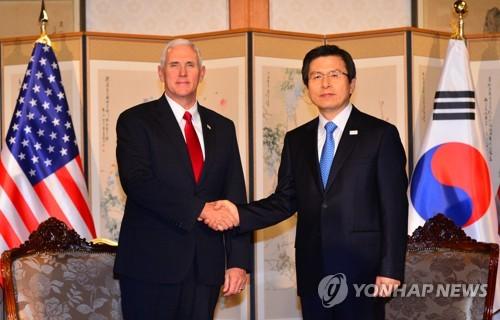 Le président par intérim et le Premier ministre Hwang Kyo-ahn échange une poignée de main avec le vice-président américain Mike Pence le lundi 17 avril 2017, à la résidence officielle du Premier ministre dans le centre de Séoul, avant le début de leur réunion