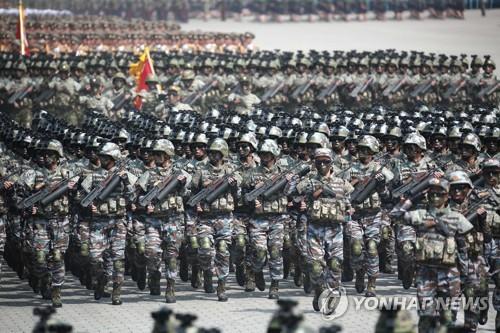 Les soldats nord-coréens de la force d'opération spéciale défilent sur la place Kim Il-sung le 15 avril 2017 lors du 105e anniversaire du fondateur du régime nord-coréen. (KCNA=Yonhap, Utilisation en Corée du Sud uniquement et redistribution interdite)