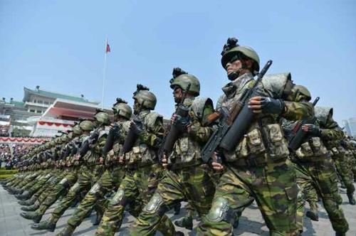 Une unité du corps militaire d'opération spéciale de la Corée du Nord passe debant le podium lors de la parade militaire de taille tenue à l'occasion du 105e anniversaire du fondateur du pays, Kim Il-sung, le 15 avril 2017 (KCNA=Yonhap, Utilisation en Corée du Sud uniquement et redistribution interdite)