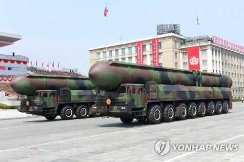Les deux tracteurs, érecteurs et lanceurs transportant probablement des ICBM passent sur la place Kim Il-sung lors de la parade militaire de taille organisée par le régime nord-coréen le 15 avril 2017. (KCNA=Yonhap, Utilisation en Corée du Sud uniquement et redistribution interdite)