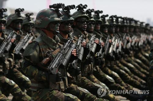 Les soldats du corps d'opération spéciale en tenue de camouflage défilent lors de la parade militaire sur la place Kim Il-sung à Pyongyang le 15 avril 2017. (KCNA=Yonhap, Utilisation en Corée du Sud uniquement et redistribution interdite)