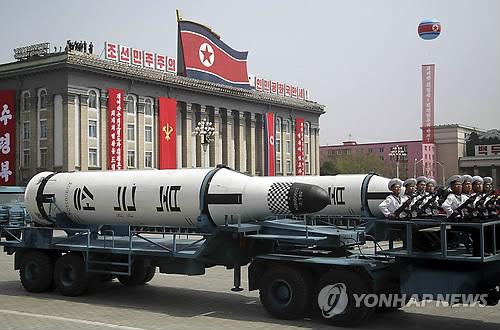 Des missiles balistiques de portée intermédiaire Pukguksong (étoile polaire en français) défilent lors de la grande parade militaire organisée le jour du 105e anniversaire de Kim Il-sung, fondateur défunt du pays ermite, le 15 avril 2017, à Pyongyang (KCNA=Yonhap, Utilisation en Corée du Sud uniquement et redistribution interdite)