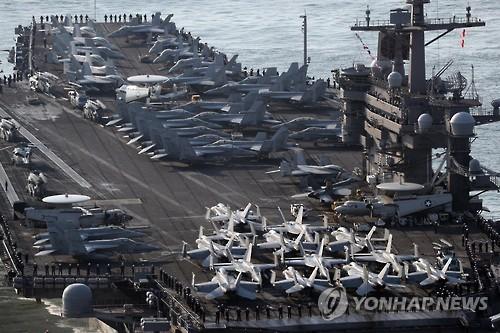 Les marins à bord du porte-avions américain USS Carl Vinson se préparent à l'arrivée à la base navale de Busan, en Corée du Sud, le 15 mars 2017 (Photo d'archives)