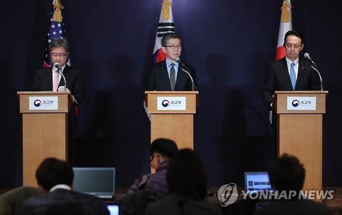 Kim Hong-kyun (au centre), Joseph Yun (à gauche) et Kenji Kanasugi tiennent une conférence de presse conjointe (Photo d'archives Yonhap)