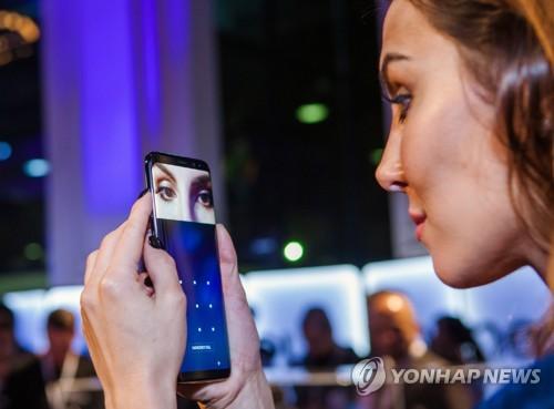 Une femme teste la reconnaissance de l'iris du Galaxy S8 à la présentation du produit aux médias à Sao Paolo au Brésil le 17 avril 2017 ⓒSamsung Electronics
