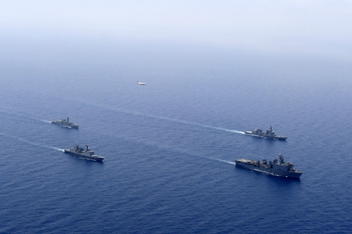 Manœuvre de bâtiments de guerre de quatre pays