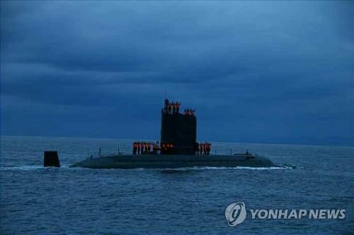 Le sous-marin nord-coréen utilisé pour le tir d'essai d'un missile mer-sol balistique stratégique, selon le quotidien officiel nord-coreén, Rodong Sinmun. La photo a été diffusée le 25 août 2016 (Utilisation en Corée du Sud uniquement et redistribution interdite)