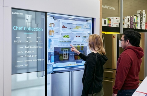 Des clients découvrent un réfrigérateur de Samsung Electronics Co. dans un magasin situé à Las Vegas, aux Etats-Unis © Samsung Electronics Co.