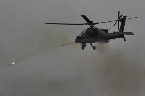 Un hélicoptère Apache de l'armée sud-coréenne tire des roquettes lors d'un exercice militaire