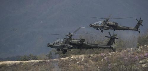 Des hélicoptères Apache de l'armée américaine