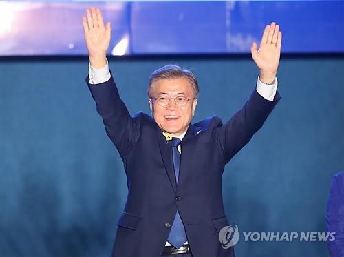 Le candidat du Parti démocrate de Corée, Moon Jae-in, salue le public présent sur la place de Gwanghwamun dans la nuit du 9 au 10 mai 2017.