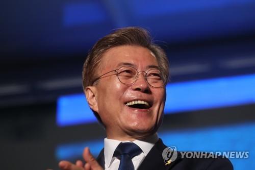 Moon Jae-in, le 19e président de la République de Corée, sourit lors d'une émission de télévision dans l'après-midi du 9 mai 2017, jour de l'élection présidentielle. Suite au dépouillement des suffrages, Moon a remporté 41,08% des voix au total.
