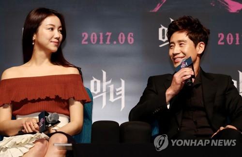 Kim Ok-bin (à gauche) et Shin Ha-kyun, les acteurs principaux de «The Villainess» de Jung Byung-gil, le 11 mai 2017 à Séoul.