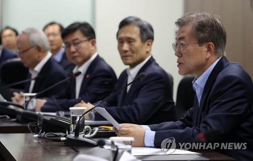 Le président Moon Jae-in lors d'une réunion d'urgence du Conseil de sécurité nationale (NSC) convoquée ce matin après le tir d'essai d'un missile balistique.