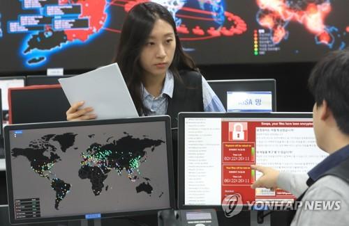Des employés de l'Agence coréenne d'Internet et de la sécurité (KISA) surveillent les attaques du ransomware WannaCry, le 14 mai 2017.