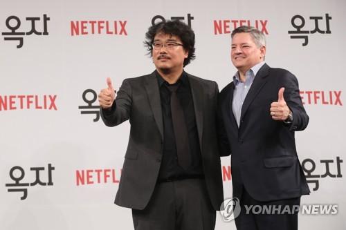 Le réalisateur coréen Bong Joon-ho (à gauche) et le chef des contenus de Netflix Ted Sarandos lors d'une conférence de presse tenue ce lundi 15 mai 2017 à Séoul pour présenter le film «Okja», en sélection officielle à Cannes 2017