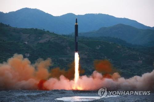 Le décollage du missile balistique stratégique de portée intermédiaire-longue, Hwasong-12, d'après l'Agence centrale de presse nord-coréenne, le 15 mai 2017 (KCNA=Yonhap, Utilisation en Corée du Sud uniquement et redistribution interdite)