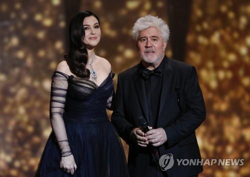 Pedro Almodóvar (à droite), président du jury de la 70e édition du Festival de Cannes, et Monica Bellucci annoncent l'ouverture du festival le soir du 17 mai 2017 au Grand Théâtre Lumière à Cannes