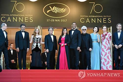 Les membres du jury du Festival de Cannes 2017 sur le tapis rouge à l'entrée du Grand Théâtre Lumière à Cannes le soir du 17 mai 2017 (AFP=Yonhap)