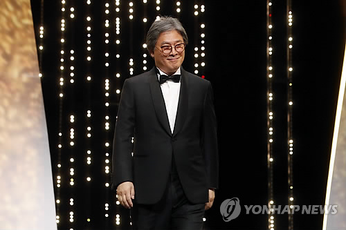 Membre du jury du Festival de Cannes 2017, le réalisateur Park Chan-wook, à la cérémonie d'ouverture le 17 mai 2017 (AP=Yonhap)
