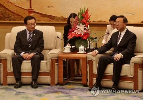 L'émissaire spécial du président Moon Jae-in pour la Chine Lee Hae-chan s'entretient avec le conseiller des affaires de l'Etat de la Chine, Yang Jiechi, le vendredi 19 mai 2017 à Pékin