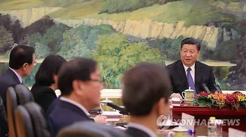 Le président chinois Xi Jin-ping (centre) s'entretient avec Lee Hae-chan(premier à gauche), émissaire spécial du président Moon Jae-in, à Pékin au Palais de l'Assemblée du Peuple, le 19 mai 2017.