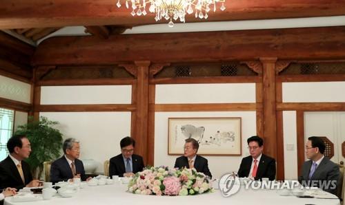 Le président Moon Jae-in et les chefs des groupes parlementaires des cinq partis politiques déjeunent ensemble au palais présidentiel Cheong Wa Dae. De gauche à droite : Roh Hoe-chan du Parti de la justice, Kim Dong-cheol du Parti du peuple, Woo Won-shik du Parti démocrate de Corée, Moon, Chung Woo-taik du Parti Liberté Corée (PLC) et Joo Ho-young du Parti Bareun