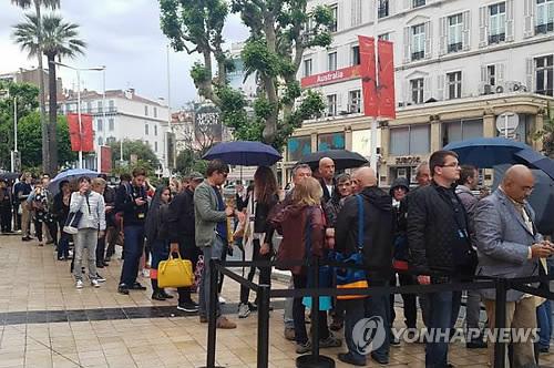 Les spectateurs font la queue avant la projection du film «Okja» de Bong Joon-ho, le matin du 19 mai 2019 à Cannes