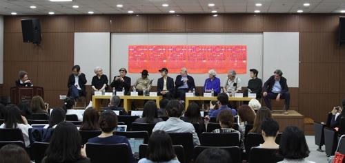 Une dizaine d'artistes présents à la conférence de presse sur la collection de la Fondation Cartier à Séoul, le 30 mai 2017 au musée d'art de la ville de Séoul.