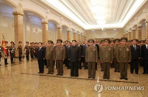 Le dirigeant nord-coréen Kim Jong-un (4e à partir de la gauche) au Mausolée de Kumsusan le 8 juillet 2017. (Utilisation en Corée du Sud uniquement et distribution interdite)