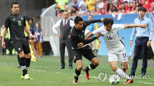 Le milieu de terrain de l'équipe nationale U23 de la Corée du Sud, Kwon Chang-hoon (maillot blanc, numéro 16),  contre l'équipe mexicaine pendant  un match éliminatoire du groupe C aux Jeux Olympiques de Rio de Janeiro, le 11 août 2016 (Photo d'archives).