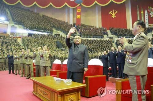 Le quotidien officiel de la Corée du Nord, Rodong Sinmun, a diffusé ce lundi 10 juillet 2017 des images de Kim Jong-un assistant à un concert donné la veille (Utilisation uniquement en Corée du Sud et redistribution interdite)