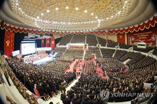 Un concert d'autocongratulation suite au tir d'essai de missile de type Hwasong-14 par la Corée du Nord se déroule le 9 juillet 2017 dans une salle de Pyongyang en présence du jeune leader Kim Jong-un. L'image a été diffusée par le quotidien officiel de la Corée du Nord, Rodong Sinmun (Utilisation uniquement en Corée du Sud et redistribution interdite).