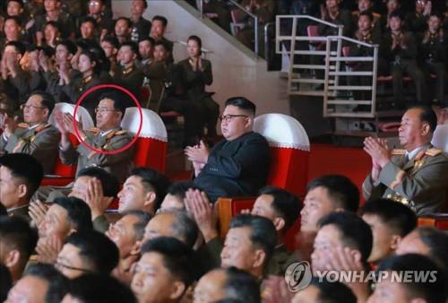 Le directeur de l'Académie des sciences de défense nationale (ANDS), Jang Chang-ha (cercle rouge), lors d'un concert donné le 9 juillet 2017 à Pyongyang, avec les insignes de général trois étoiles (Utilisation uniquement en Corée du Sud et redistribution interdite)