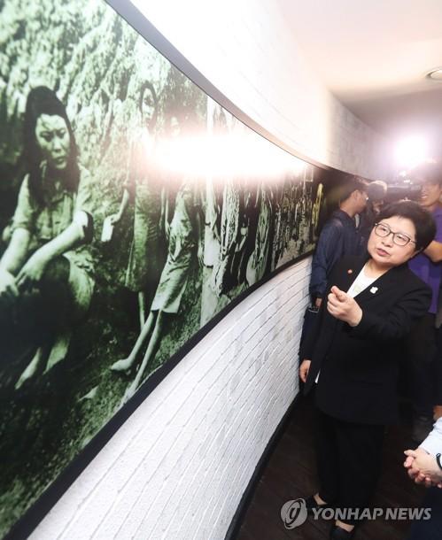 La ministre de l'Égalité des sexes et de la Famille Chung Hyun-back visite un refuge pour anciennes femmes de réconfort à Gwangju le 10 juillet 2017.